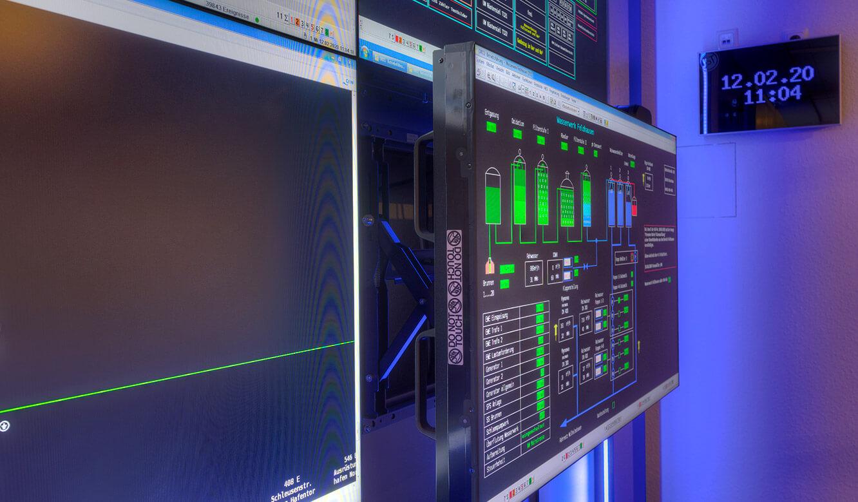 JST-Referenz GEW Energieversorger: Netzleitstelle. Videowall mit Großbilddisplays und Quickout-System für optimale Service-Möglichkeiten