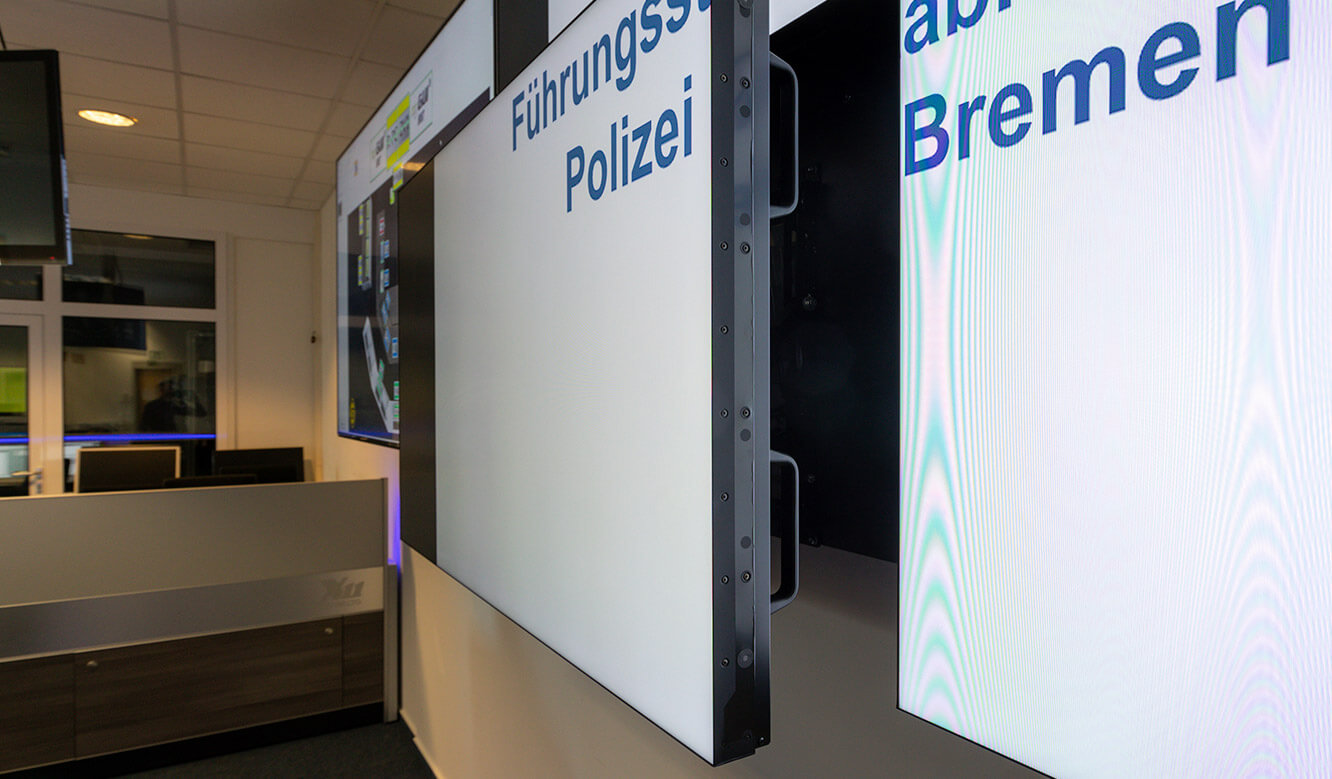 JST-Reference Bremen Police Video control centre: Large-screen displays are pushed forward for maintenance