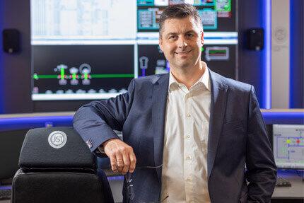 JST-Referenz: GEW wilhelmshaven - Energieversorger Netzleitstelle Projektleiter Christoph Michael lobt neue Kontrollraum-Einrichtung