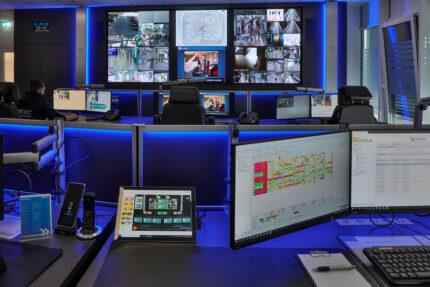 JST Referenz protec service GmbH - moderne IT-Lösung Einsatzleitstelle - ergonomische Möbel und moderne Großbildtechnik