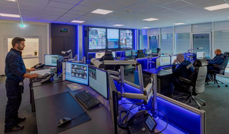 JST Referenz protec service GmbH - modern IT solution mission control center - height adjustable ergonomic operator work tables