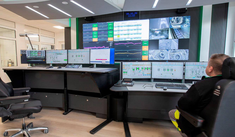 JST-Referenz HeidelbergCement Leitstand: Höhenverstellbare Operator-Tische