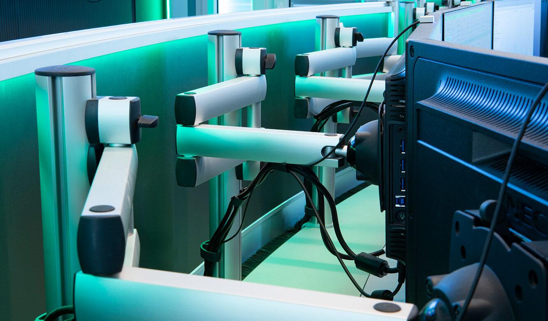 JST-Referenz HeidelbergCement Leitstand: Gelenkarme für Arbeitsplatz-Monitore