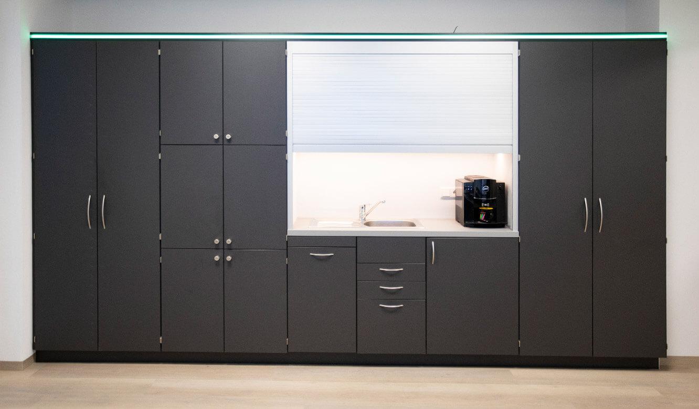 JST-Referenz HeidelbergCement Leitstand: Möbel-Lösung mit Pantry-Küche