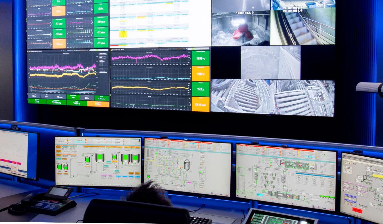JST-Referenz HeidelbergCement Leitstand: Videowall und Monitore am Leitwarten-Arbeitsplatz