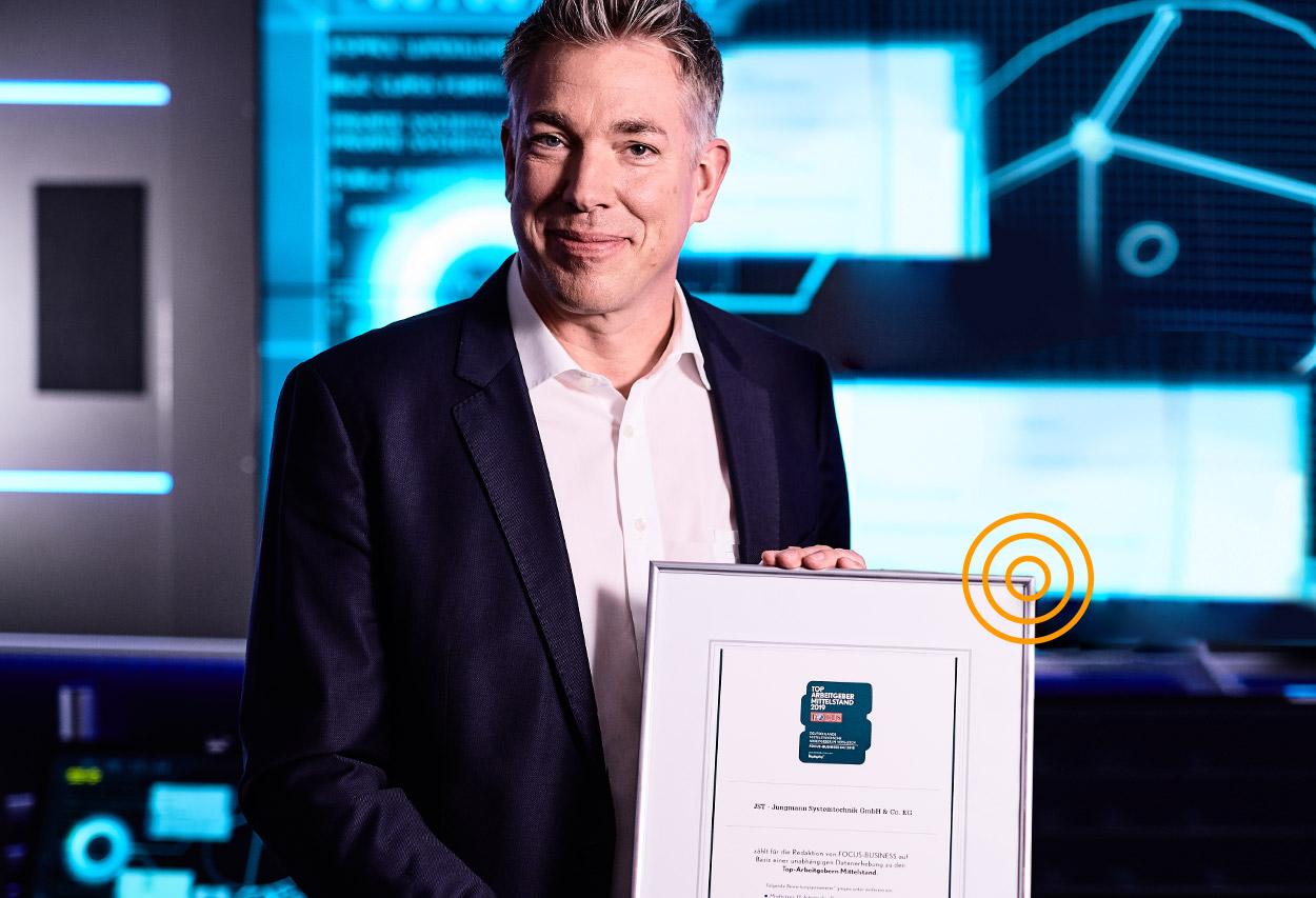 JST als Arbeitgeber des Jahres - Geschäftsführer Carsten Jungmann mit der Auszeichnung